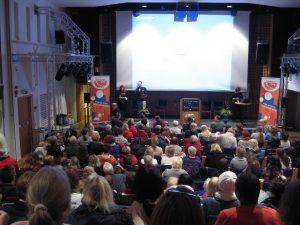 Leif Grytenius och Lisbeth Pedersen delar ut priser på Tankens dag 2013 i Bomhus Folkets Hus - Gävle